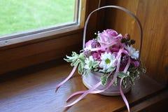 Hochzeitsblumenstrauß auf Fenster Stockfoto