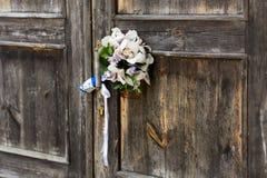 Hochzeitsblumenstrauß auf graue Holztüren Lizenzfreie Stockfotos