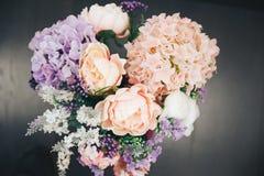 Hochzeitsblumenstrauß auf grauem Hintergrund lizenzfreies stockbild