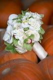 Hochzeitsblumenstrauß auf Kürbisen lizenzfreie stockfotografie