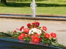 Hochzeitsblumenstrauß auf Mütze Stockfotos