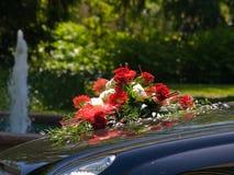 Hochzeitsblumenstrauß auf Mütze stockbild