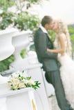 Hochzeitsblumenstrauß auf Paarhintergrund stockbilder