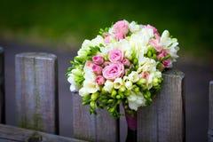 Hochzeitsblumenstrauß auf rustikalem Landzaun Lizenzfreies Stockfoto