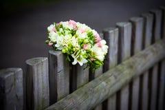 Hochzeitsblumenstrauß auf rustikalem Landzaun Stockfoto