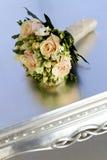 Hochzeitsblumenstrauß auf Tabelle Lizenzfreies Stockfoto