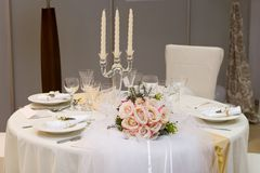 Hochzeitsblumenstrauß auf Tabelle Stockbilder