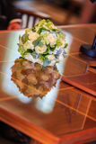 Hochzeitsblumenstrauß auf Tabelle Stockfotos