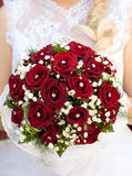 Hochzeitsblumenstrauß in den brideâs Händen Stockbild