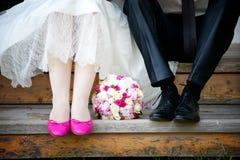 Hochzeitsblumenstrauß an den Fußjungvermählten Lizenzfreie Stockbilder