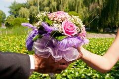 Hochzeitsblumenstrauß in den Händen Stockbild