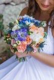 Hochzeitsblumenstrauß in den Händen Stockfoto