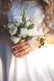 Hochzeitsblumenstrauß in den Händen Stockfotografie