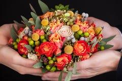 Hochzeitsblumenstrauß in den Händen Lizenzfreie Stockfotografie