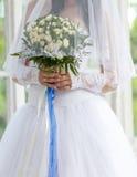 Hochzeitsblumenstrauß in den Händen Lizenzfreie Stockfotos
