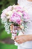 Hochzeitsblumenstrauß in den Händen der Braut stockfoto