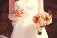 Hochzeitsblumenstrauß an den Händen der Braut Lizenzfreies Stockfoto