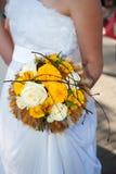 Hochzeitsblumenstrauß an den Händen der Braut Lizenzfreie Stockfotos