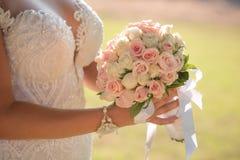 Hochzeitsblumenstrauß in den Händen der Braut Lizenzfreies Stockfoto