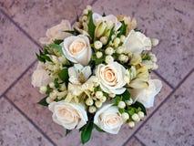 Hochzeitsblumenstrauß in den Pastellfarben auf einem lila Hintergrund lizenzfreies stockfoto