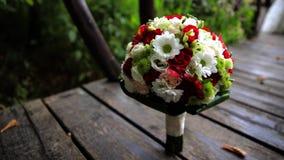 Hochzeitsblumenstrauß, der auf den Brettern steht Hochzeitsblumenstrauß auf einem Hintergrund des Grüns stock video