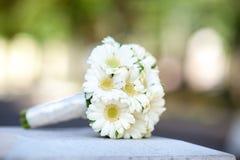 Hochzeitsblumenstrauß der Braut auf dem grünen Hintergrund Stockfoto