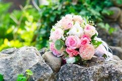 Hochzeitsblumenstrauß der Braut auf dem Stein lizenzfreies stockfoto