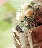 Hochzeitsblumenstrauß in der Frauentasche mit im Freien auf dem Hintergrund lizenzfreies stockbild