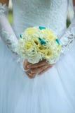 Hochzeitsblumenstrauß in der Hand Lizenzfreies Stockfoto