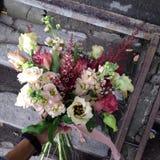 Hochzeitsblumenstrauß in der Hand Lizenzfreies Stockbild