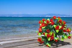 Hochzeitsblumenstrauß der Rosen auf dem Strand Stockfoto