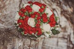 Hochzeitsblumenstrauß der roten Rosen Stockfotografie