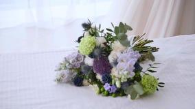 Hochzeitsblumenstrauß für Braut auf dem Bett stock video footage