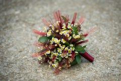 Hochzeitsblumenstrauß für eine schäbige schicke Braut stockfotos