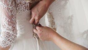 Hochzeitsblumenstrauß in Korb die Braut bereiten sich für die Hochzeit, sich schnüren oben das Kleid vor stock video footage