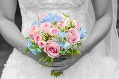 Hochzeitsblumenstrauß mit dem blackground weiß und schwarz von der Braut stockbild