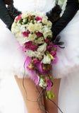 Hochzeitsblumenstrauß mit den hochroten und weißen Rosen Stockfotografie