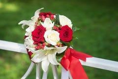 Hochzeitsblumenstrauß mit den weißen und schwarzen Rosen auf grünem Hintergrund Stockfotografie