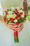 Hochzeitsblumenstrauß mit kleinen roten Rosen Stockbild