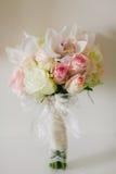 Hochzeitsblumenstrauß mit Orchideen und Rosen Stockfotografie