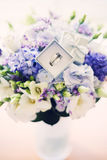 Hochzeitsblumenstrauß mit Ringen lizenzfreies stockbild