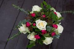 Hochzeitsblumenstrauß mit Rosen und Gartennelken in der barocken Art Lizenzfreies Stockfoto