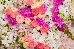 Hochzeitsblumenstrauß mit Rosenbusch, Hintergrund stockfoto