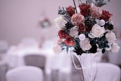 Hochzeitsblumenstrauß mit Rotrose auf dem Tisch lizenzfreie stockbilder