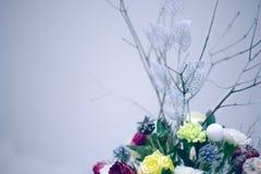 Hochzeitsblumenstrauß mit Rotrose auf dem Tisch Lizenzfreie Stockfotos