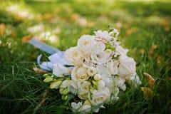 Hochzeitsblumenstrauß mit Verlobungsringen Lizenzfreies Stockfoto