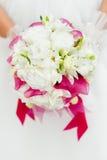 Hochzeitsblumenstrauß mit weißen Blumen in den Händen Stockfotos