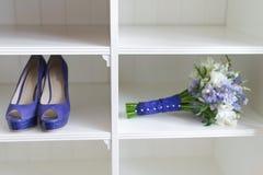 Hochzeitsblumenstrauß- und -brautschuhe Lizenzfreies Stockfoto