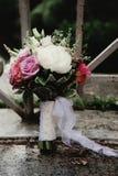 Hochzeitsblumenstrauß und gesetzte Details des Ringes Stockbild