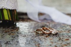 Hochzeitsblumenstrauß und gesetzte Details des Ringes Stockfotografie
